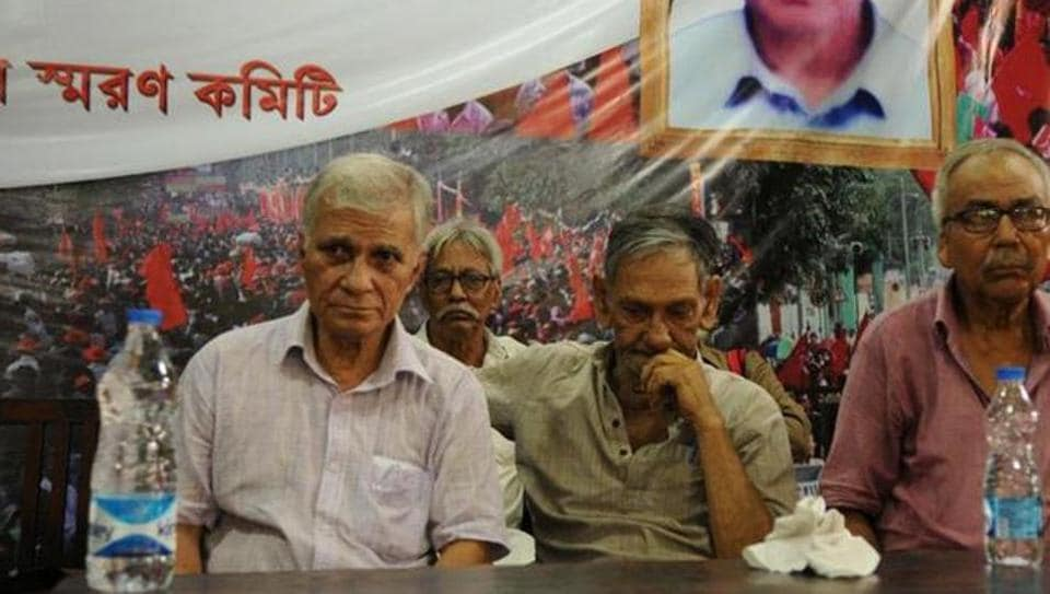 File photo of Purnendu Sekhar Mukherjee (extreme left), late Narayan Sanyal (centre) and Chandi Sarkar at an event in Kolkata in 2016. These former CPI(Maoist) leaders made a rare public appearance in an occasion to remember Bengal secretary Himadri Sen Roy alias Somen.