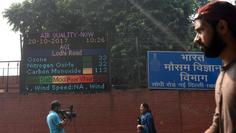 A sign board shows the poor condition of the air at Lodhi Road Meteorological office after the Diwali celebrations in New Delhi. (Sushil Kumar/HT PHOTO)