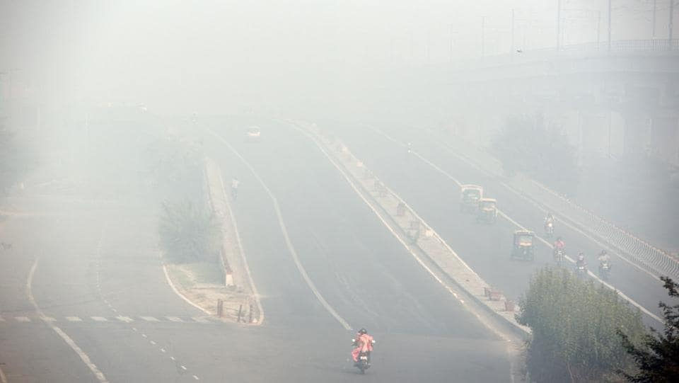 A view of road near Akshardham validates the poor AQI (air quality index) of 319 on Friday morning. At this level of air quality, people are advised to avoid all outdoor physical activities and stay indoors as much as possible. However, this was much better than 2016 when AQI on Diwali was 431. (Ravi Choudhary/HT PHOTO)