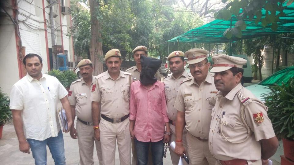 delhi,delhi news,man chops body