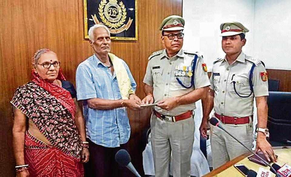 Ravindra Pathak, a retired gardener of Delhi Development Authority, caught two robbers red-handed when they allegedly snatched his wife's earrings