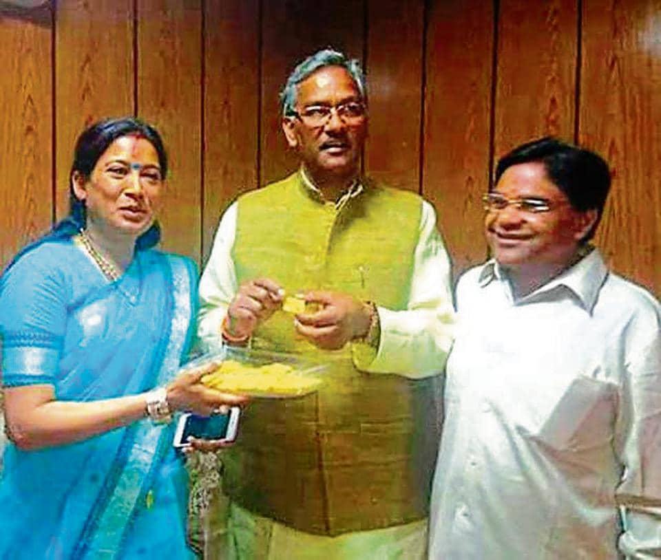 Girdharilal Sahu (right) and wife Rekha Arya (left) with chief minister Trivendra Singh Rawat.
