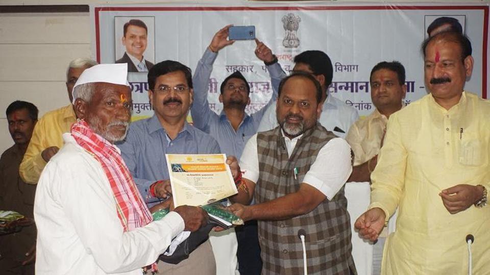 Dairy development and fisheries minister Mahadev Jankar (centre) and BJP legislator Sujitsingh Thakur felicitate a farmer in Osmanabad on October 18.