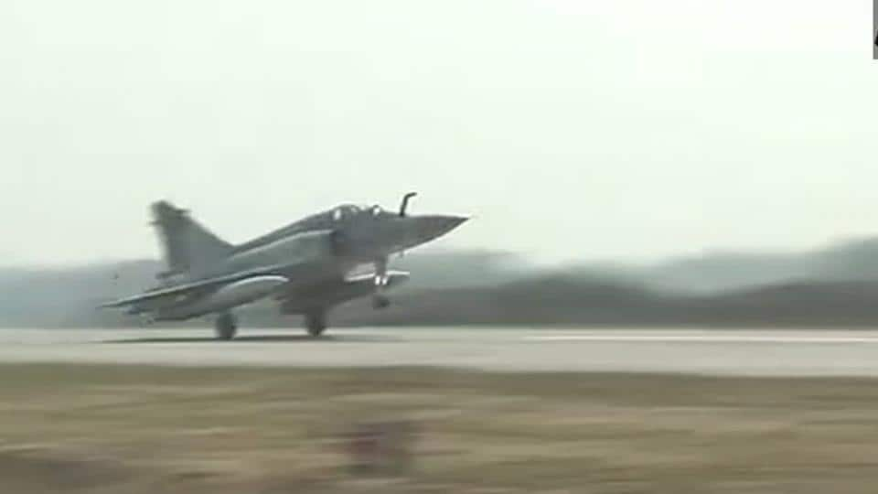 A Mirage 2000 lands on Lucknow-Agra Expressway.