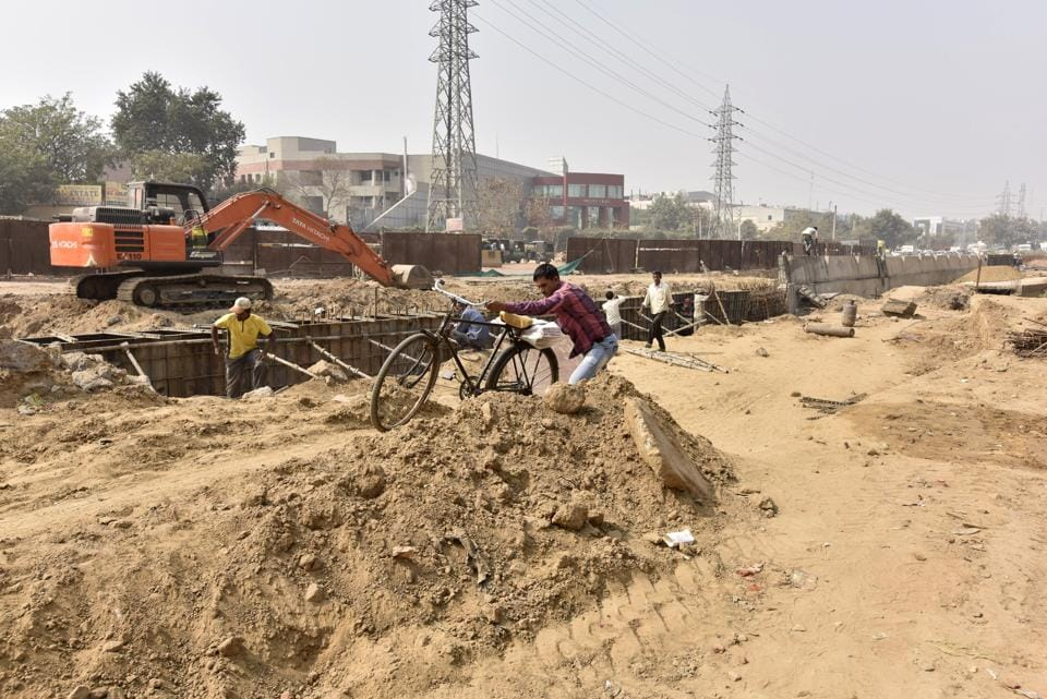 Hero Honda Chowk,Pollution and Dust major concern for commuters,lack of street lights