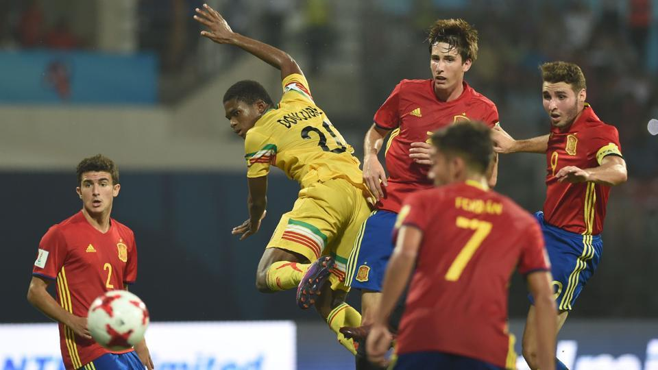 Spain and Mali players vie for the ball during the second semi final football match between Mali and Spain in the FIFA U-17 World Cup at the D.Y.Patil stadium in Navi Mumbai.  (AFP)