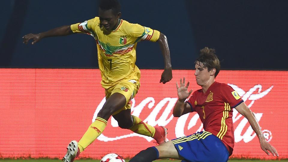Juan Miranda of Spain (R) and Hadji Drame of Mali vie for the ball during the second semi final match between Mali and Spain in the FIFA U-17 World Cup at the D.Y.Patil stadium in Mumbai.  (AFP)