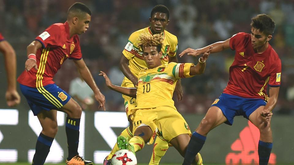 Ferran Torres of Spain (R) and Salam Jiddou (C) of Mali vie for the ball during the second semi final match between Mali and Spain in the FIFA U-17 World Cup at the D.Y.Patil stadium in Navi Mumbai.  (AFP)