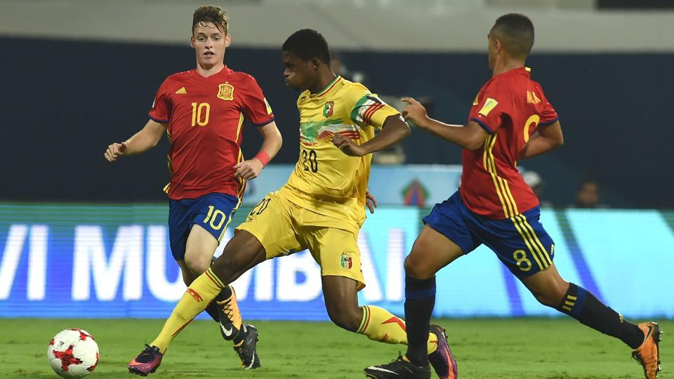 Sergio Gomez of Spain (L) and Cheick Oumar Doucoure (C) of Mali vie for the ball during the second semi final match between Mali and Spain in the FIFA U-17 World Cup at the D.Y.Patil stadium in Navi Mumbai.  (AFP)