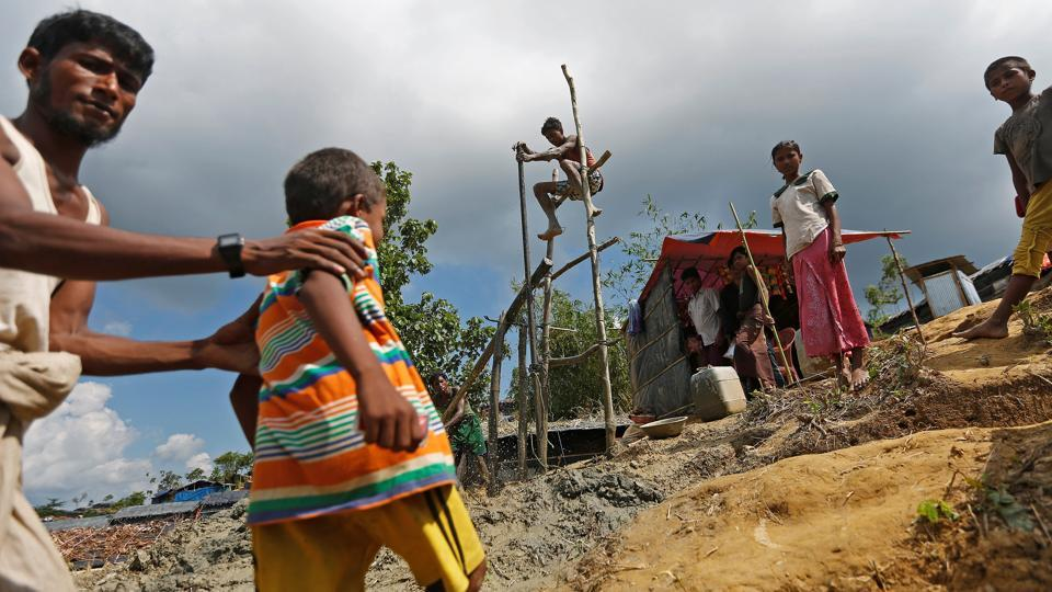 Rohingya refugees manually drill a borewell for water at the Palong Khali refugee camp near Cox's Bazar on October 23, 2017. (Adnan Abidi / REUTERS)
