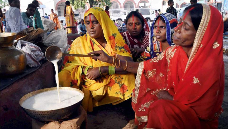 Devotees prepare 'prasad' on the occasion of 'Kharna Puja' at the bank of river Ganga in Patna, Bihar. Later on the second day of Chhath Puja they then cook 'kheer' (pudding) and roti on earthen chullahs, which is then distributed as 'prasad'. (PTI)