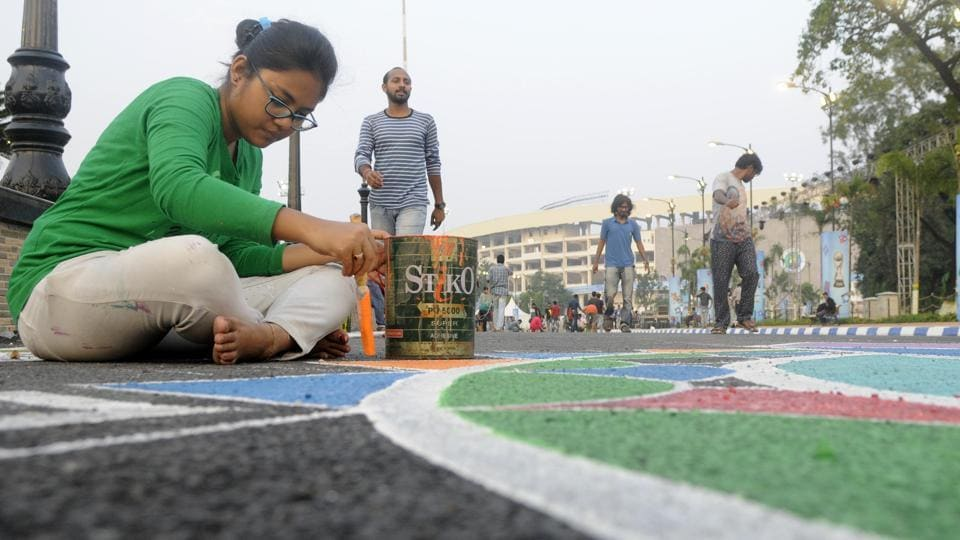 Kolkata, known as a city of artists and intellectuals lent its own touch to the FIFA U-17 World Cup final as Govt Art College, Indian Art College, Biswabharati and Rabindrabhharati Art College students painted graffiti at Salt Lake Stadium. (Samir Jana/HT PHOTO)