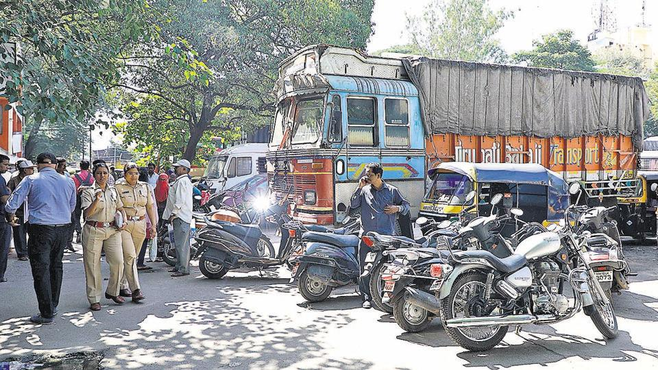 With 5,000 people visiting the RTO daily, the parking space at the main office near Sangam Bridge is highly insufficient. To make it even more worse, many vehicles, especially two-wheelers, are seen parked in a haphazard way, adding to the congestion.