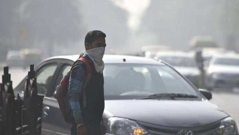 Commuters seen wearing face mask to avoid thick smog, as the air quality deteriorated sharply overnight leading to poor visibility conditions across the city, in New Delhi, India, on November 21, 2016.
