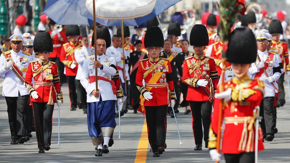 Thailand's King Maha Vajiralongkorn (C) marches during the cremation procession of his father King Bhumibol at the Grand Palace in Bangkok on October 26, 2017. At 5:30pm, King Vajiralongkorn will light a symbolic fire at the crematorium with the real cremation taking place later at 10:00p.m. (Damir Sagolj / REUTERS)