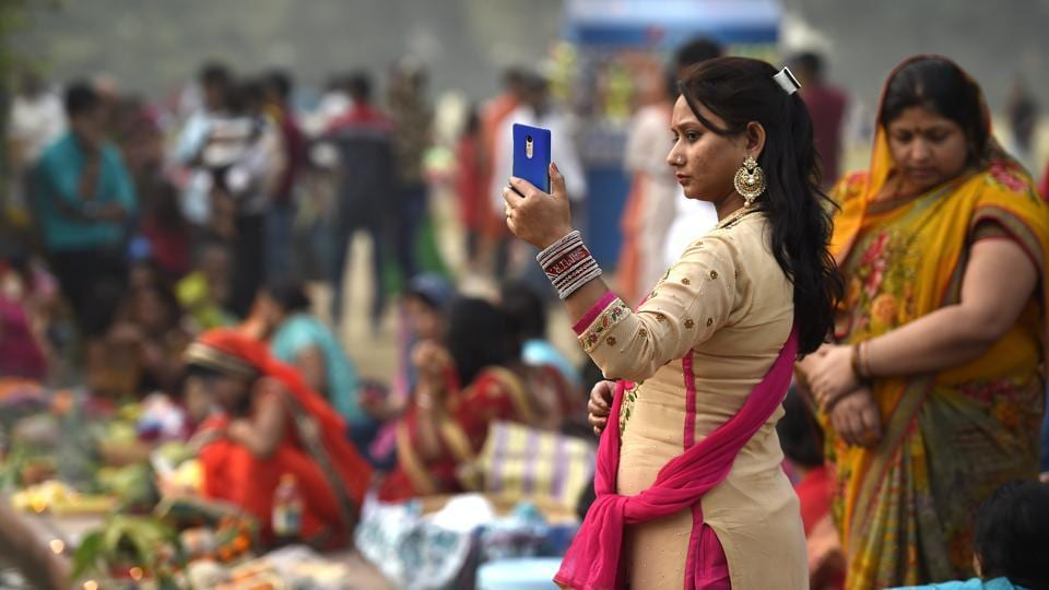 A woman takes a selfie during the Chhath Puja festival near India Gate in New Delhi. Chhath, this year, commenced on 24th October and ended on the 27th morning with devotees offering  Arghya' to the rising sun. (Arvind Yadav/HT PHOTO)