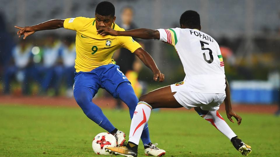 Lincoln (L) of Brazil is challenged by Mamadi Fofana of Mali. (AFP)