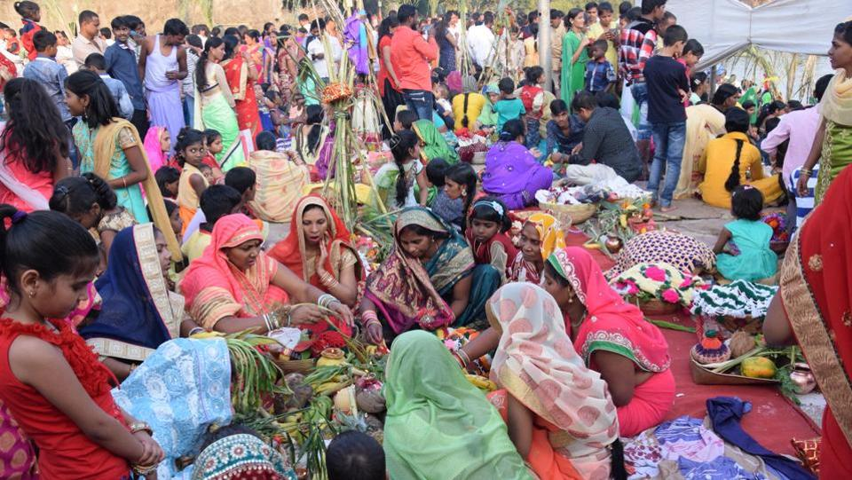 Women in groups perform Chhat Puja at Chinchwad ghat in Pune on Thursday. (ht photo)