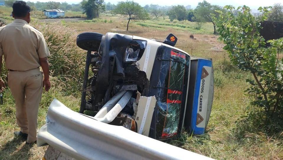 Driver loses control,Pune-Mumbai highway,hurting 7