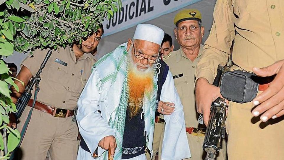 Cops escort Lashkar-e-Taiba bomb maker Syed Abdul Karim alias Tunda after the attack in the district court complex in Karnal on Monday.