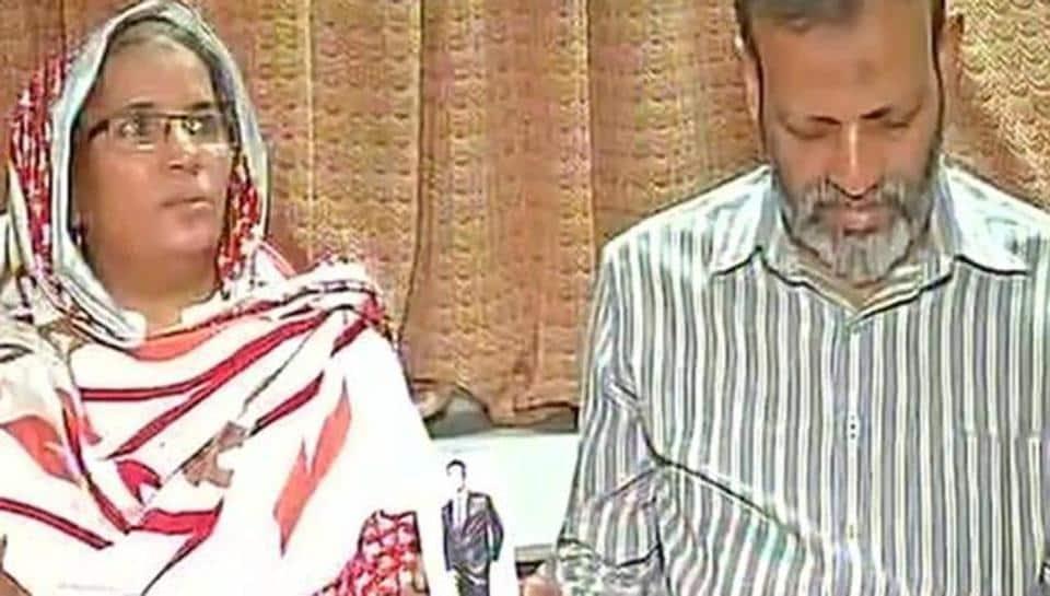 Hamid Ansari's parents showing his picture in Mumbai.