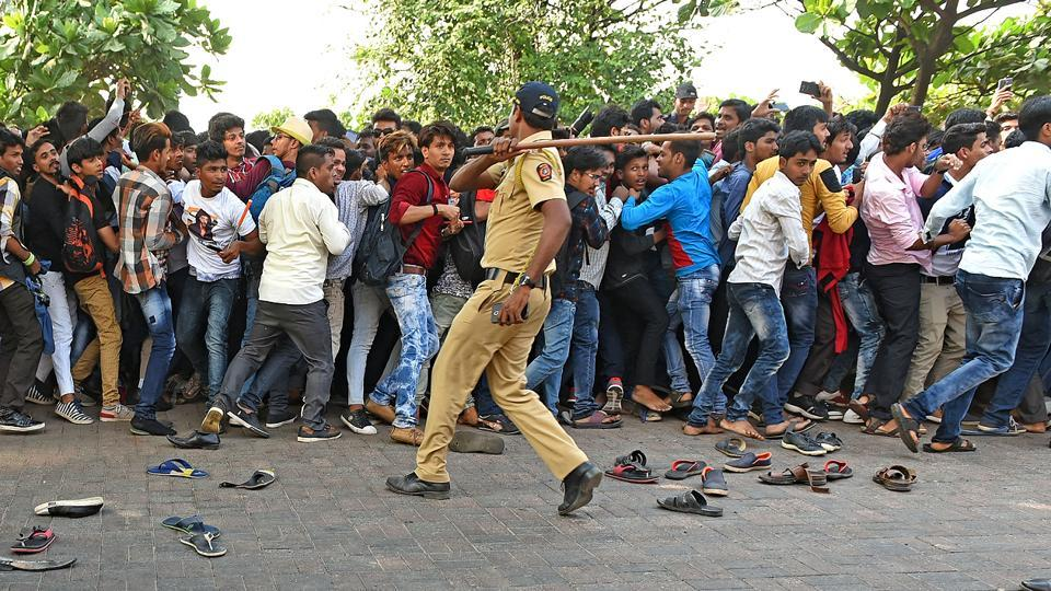 Police try to curb the crowd gathered outside Shah Rukh Khan's house. (Satyabrata Tripathy/HT Photo)