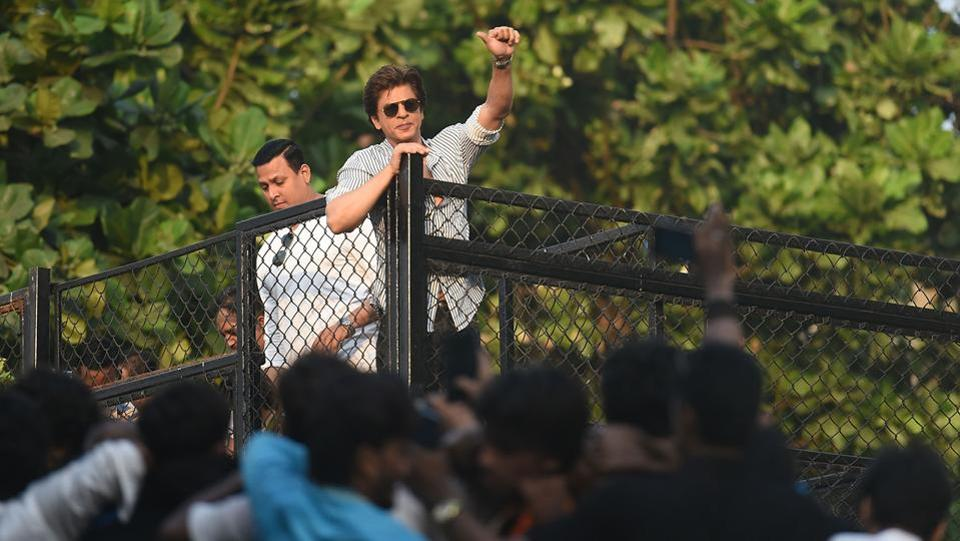 Shah Rukh Khan waves to his fans gathered outside his house on his 52nd birthday. (Satyabrata Tripathy/HT Photo)