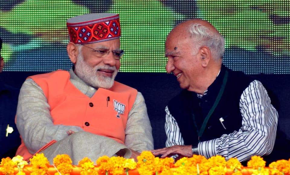 Prime Minister Narendra Modi along with senior party leader Shanta Kumar during the rally.  (SHYAM SHARMA/ht)