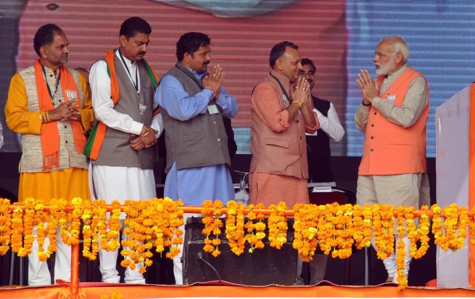 Prime Minister being accorded a warm welcome by party leaders. (Shyam sharma/ht)