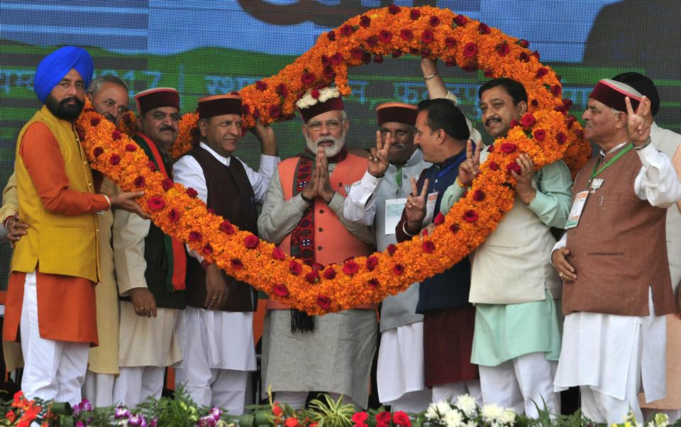 BJP leaders along with Union minister JP Nadda welcoming Prime Minister Narendra Modi during the election rally. (RAVI KUMAR/HT)