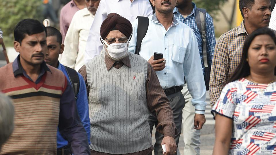 A man wears air a pollution mask as a precautionary measure to minimise the impact of toxic air at ITO crossing, New Delhi. Prolonged exposure to these particles can cause respiratory and heart diseases. The WHO has declared polluted air a carcinogen. (Arvind Yadav / HT Photo)