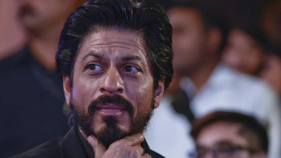 Fans who went to greet actor Shah Rukh Khan outside his house Mannat in Bandra on his birthday, on Thursday, had their mobiles stolen.