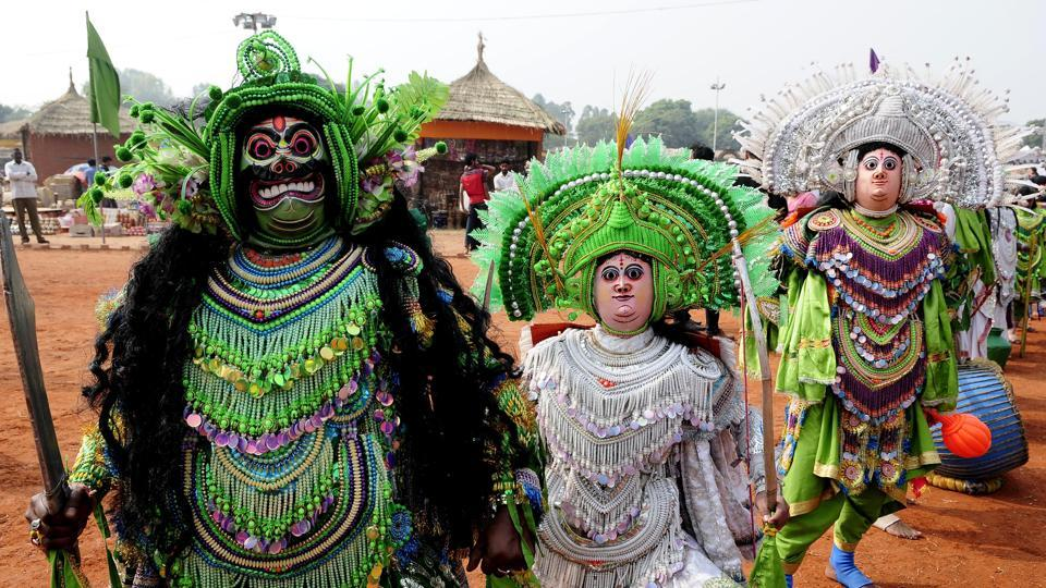 Artistes from West Bengal dressed up for 'chau' dance at the mela.   (keshav singh/ht)
