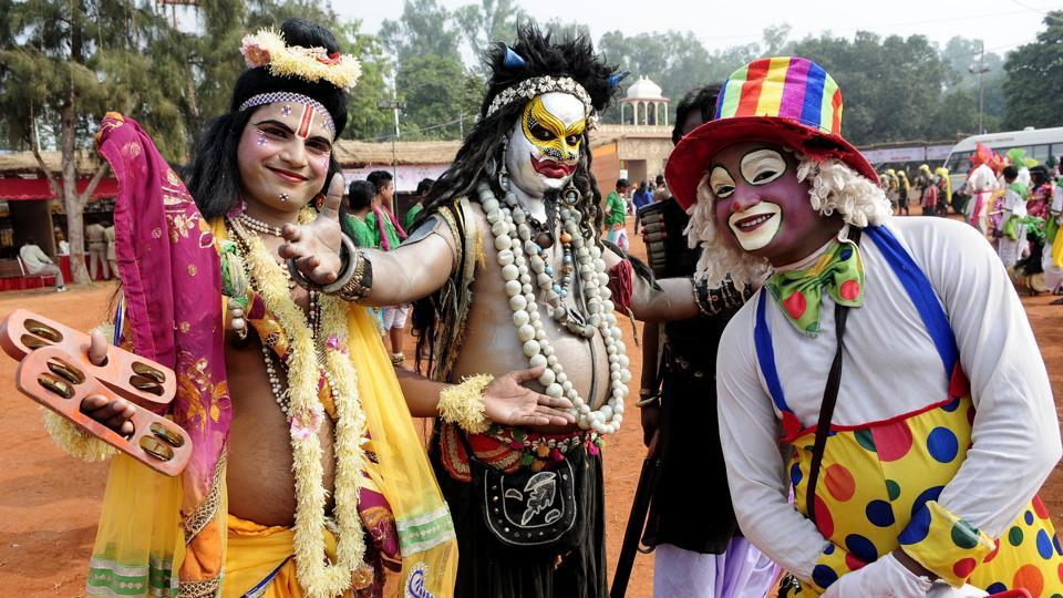 Artistes from New Delhi dressed up in different attires and characters enjoying the fest at Kalagram. (keshav singh/ht)