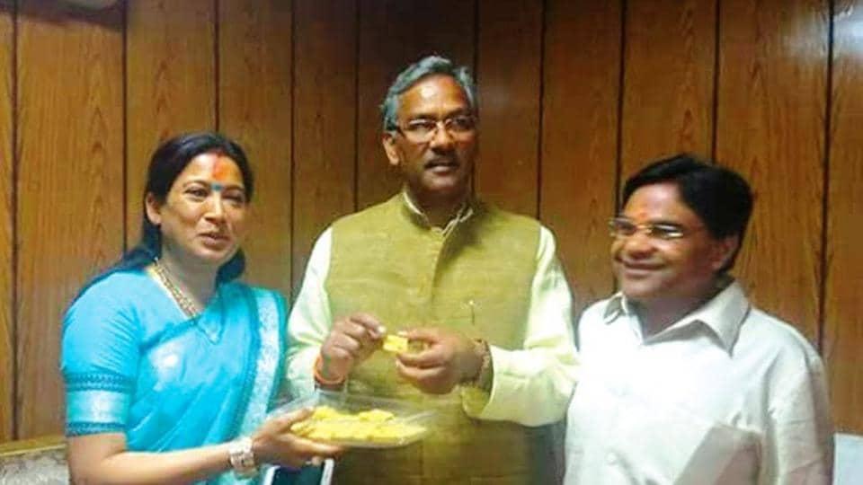 Girdharilal Sahu (right) with wife Rekha Arya (left) meet chief minister Trivendra Singh Rawat.