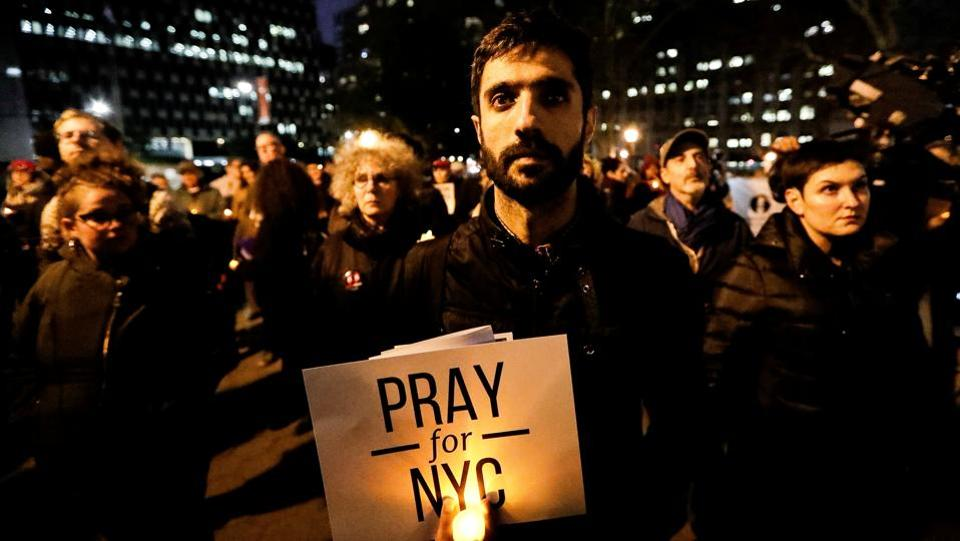 People gathered for a candlelight vigil for victims of the pickup truck attack at Foley Square in New York City on November 1, 2017. (Jeenah Moon / REUTERS)