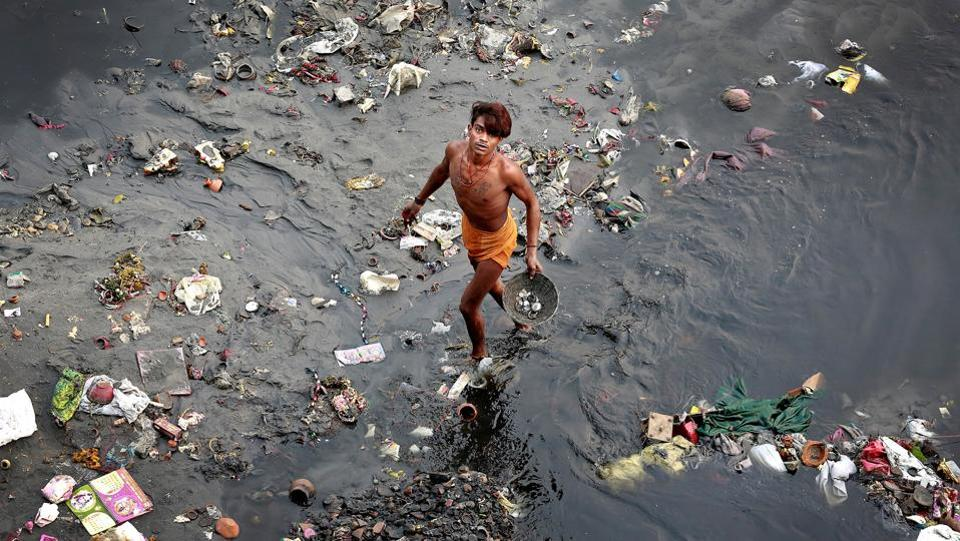 A man sifts through rubbish in the Yamuna River in New Delhi. (Cathal McNaughton  / REUTERS)