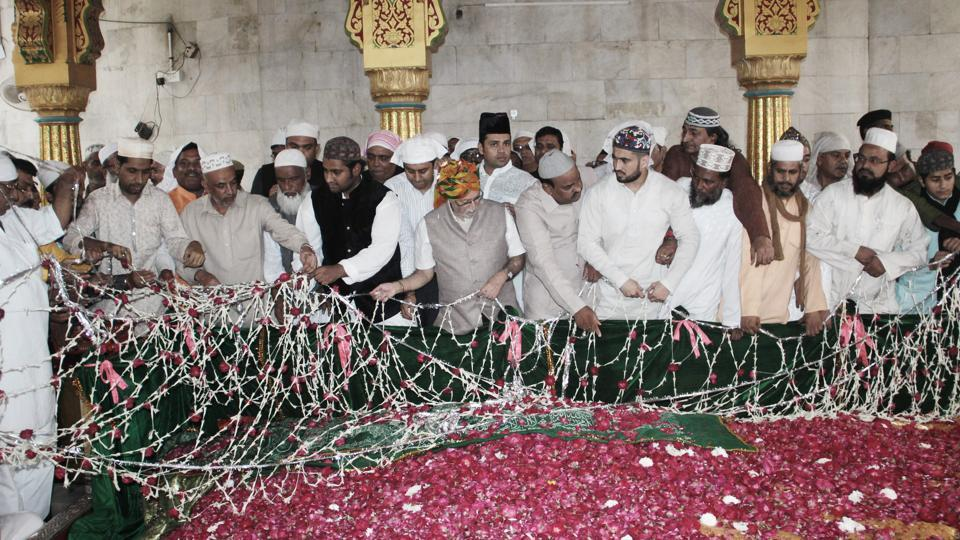 The floral chadar is laid at the tomb of Khwaja Bakhtiyar Kaki at Mehrauli led by the Lt. Governor Anil Baijal (C), representing the head of state on November 02, 2017. Here it is the Hindu brethren who are supposed to take the lead. Every year the President and Lt. Governor send a pankha which is carried from the Town Hall in Chandni Chowk to Mehrauli. (HT Photo)