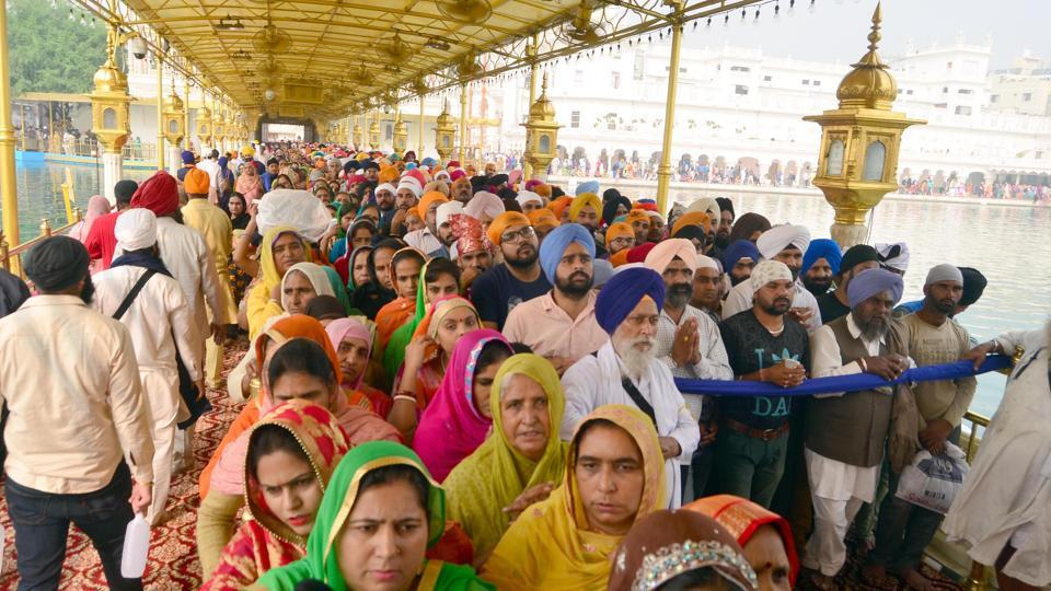 A sea of devotees at the Golden Temple on the occasion of Gurpurab.   (Sameer Sehgal /HT)
