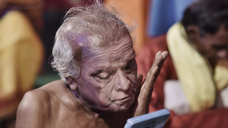 Ramachandra Manjhi is 92 but his crinkled hands steady themselves the moment kohl touches his face. With precision, he draws his eyebrows with a matchstick, peering into a grimy mirror. Manjhi is a legendary Launda Naach artist, a folk art form from Bihar comprising songs, dance, comedy and theatre, where men impersonate women in performances that last all night. (Sanjeev Verma / HT Photo)