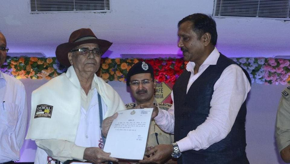 Flight sergeant (retired) Mukul Joshi, also known as Traffic Baba, passed away on Sunday. This picture was taken on September 9, 2017, when he was felicitated by ADG (law and order) Anand Kumar for his traffic awareness campaign.
