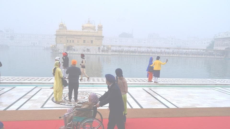 The Golden Temple in Amritsar was also enveloped by smog.  (Sameer Sehgal/HT)