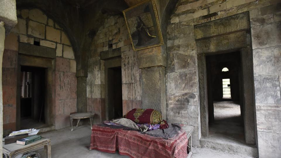 The Malcha Mahal, hidden under thick foliage deep inside the central ridge along the Sardar Patel Marg, has lost its last royal occupant — Prince Ali Raza (Cyrus). His bed is seen in the interiors of the 14th century Malcha Mahal palace of the great granddaughter of the last Nawab of Awadh, Wajid Ali Shah. (Sanchit Khanna / HT Photo)