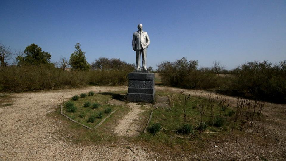 A monument to Lenin stands in the settlement of Kovylnoye in the Razdolnensky district of Crimea. (Pavel Rebrov / REUTERS)