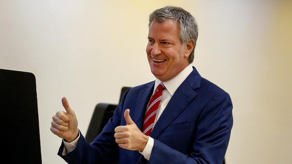 New York City Mayor Bill de Blasio gives a thumbs up after casting his vote for re-election in the Park Slope section of the Brooklyn borough of New York City,on Tuesday.