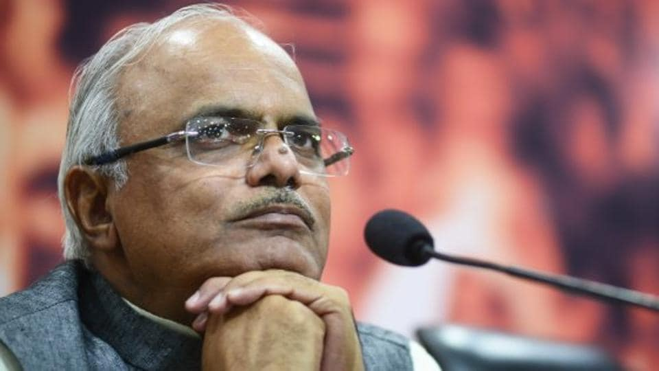 Vinay Sahasrabuddhe briefed media persons after the signature drive and criticised the opposition parties for denouncing demonetisation. Opposition parties are misleading citizens and giving fake employment generation numbers, alleged Sahasrabuddhe.