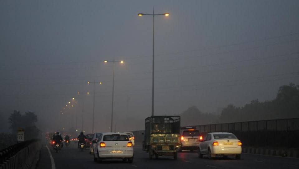 delhi air pollution prompts officials to close schools