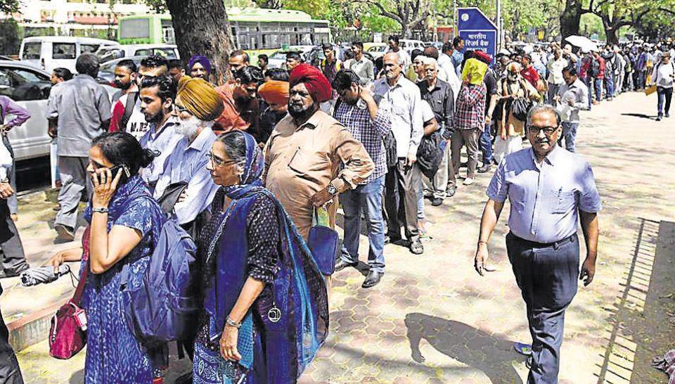 File photo of queues at the Reserve Bank of India office in New Delhi as the deadline for exchange of invalid notes by residents who were abroad during the cash ban nears.