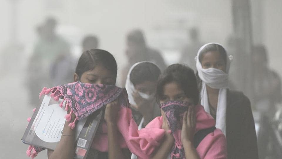 Students make their way to school on Thursday morning. The Delhi government declared a holiday for schools till Sunday due to smog as a part of the emergency measures implemented.