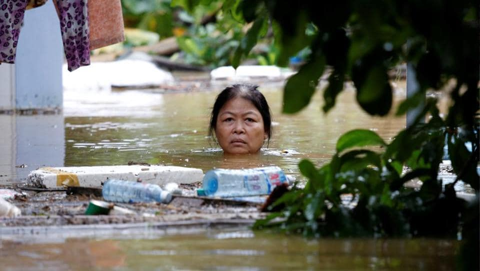 A woman wades through a submerged street at the UNESCO heritage town of Hoi An after Typhoon Damrey hit Vietnam. Recorded as 2017's deadliest storm in Vietnam, Damrey has killed 106 people, causing dozens of dangerously full reservoirs to release water as the Southeast Asian nation prepares to host Asia Pacific Economic Cooperation (APEC) summit. (Kham / REUTERS)